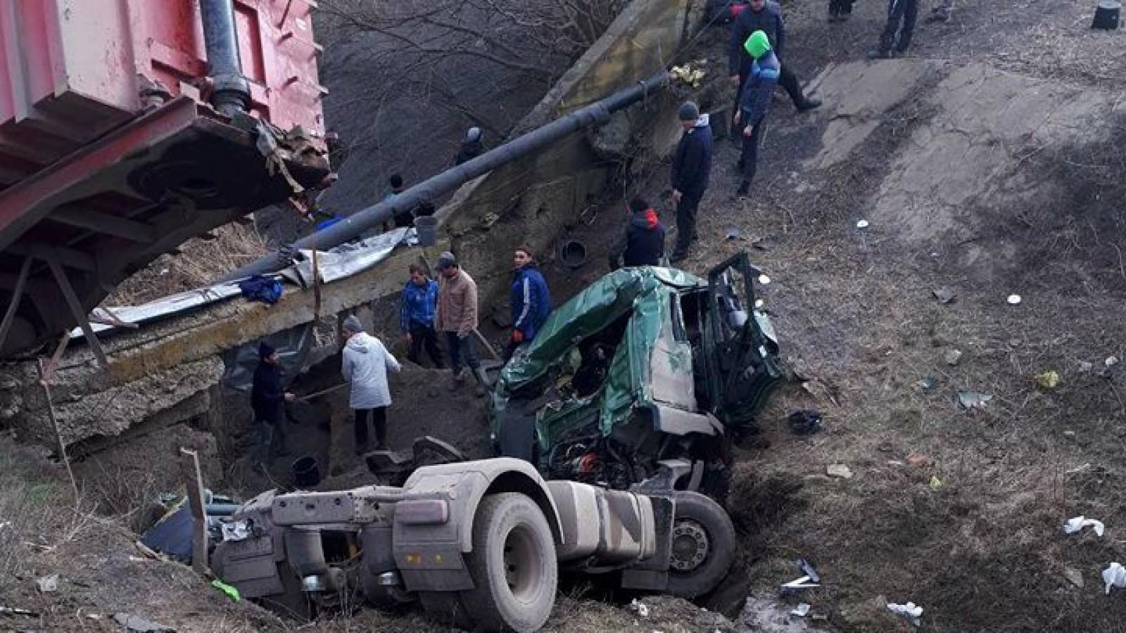 (foto) Accident șocant la Taraclia: Un TIR, făcut zob după ce a căzut de pe un pod