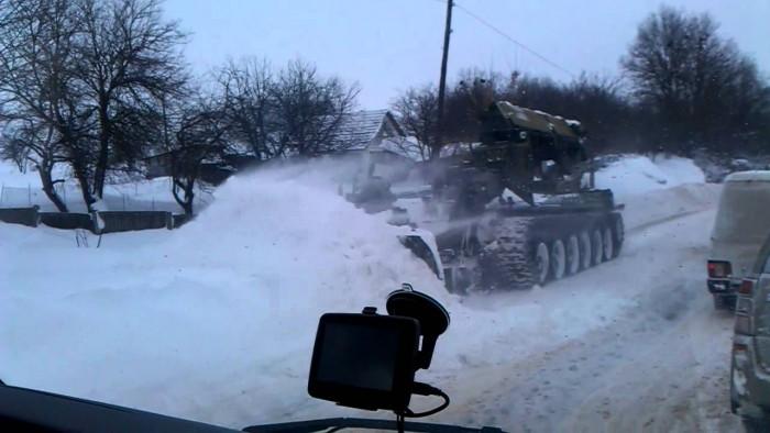 (foto) Armata Naţională a scos pe traseul M14 un tanc modificat pentru a ajuta şoferii blocaţi