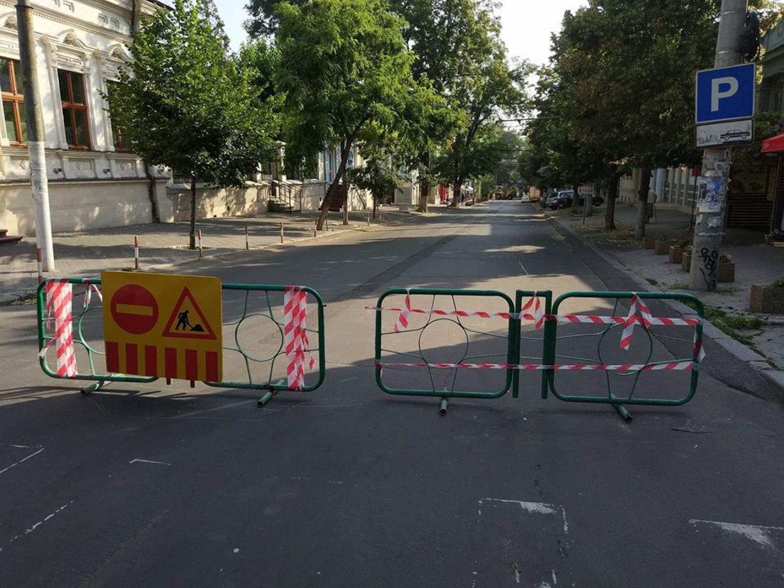 (foto) Atenție, chișinăuieni! Circulația rutieră pe strada București, închisă în perimetrul str. Bodoni și Pușkin. Troleibuzele 3,10 și 24 nu vor mai ajunge la Telecentru