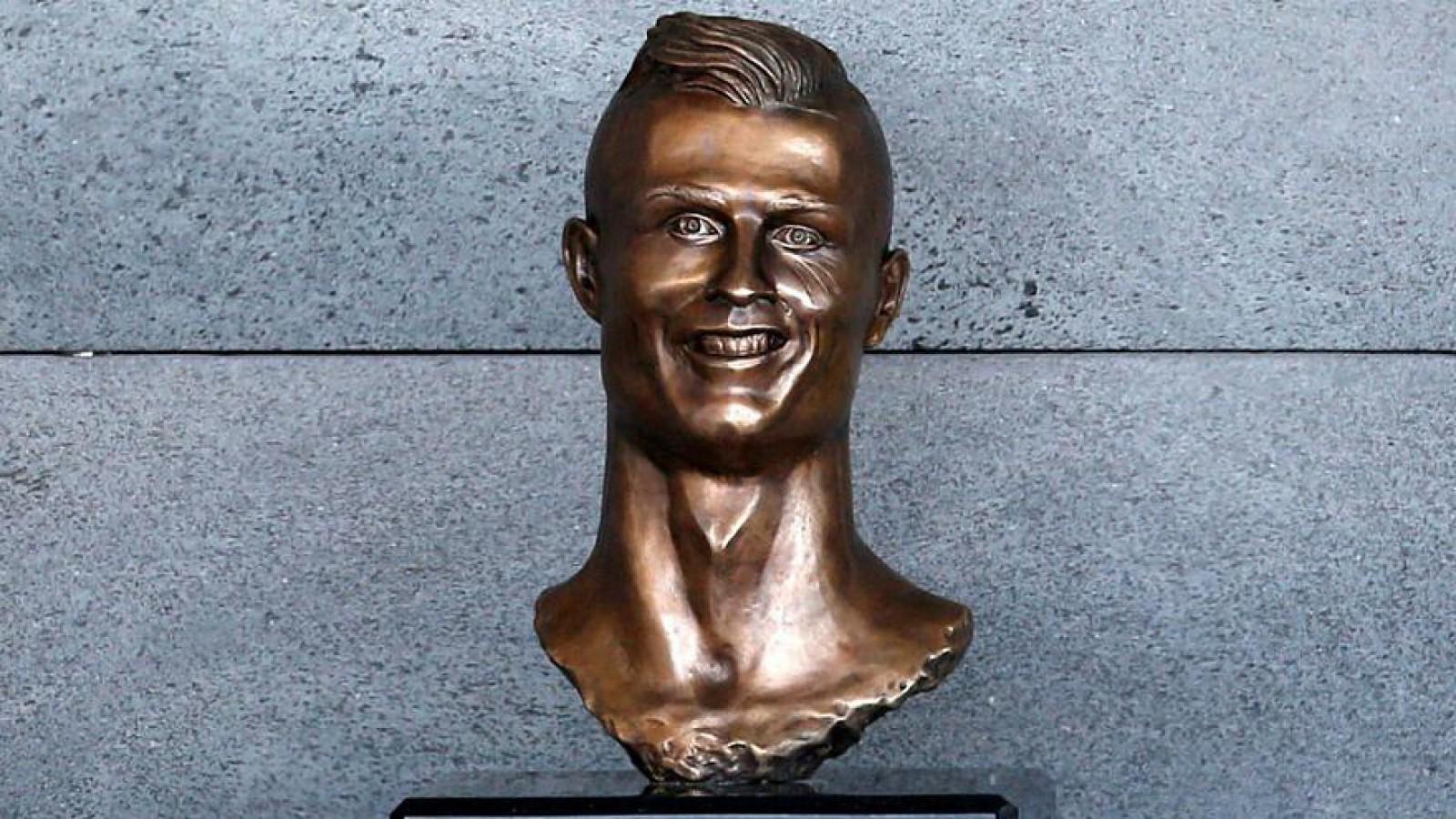 (foto) Bustul criticat al lui Cristiano Ronaldo de la Aeroportul Madeira a fost înlocuit cu unul nou