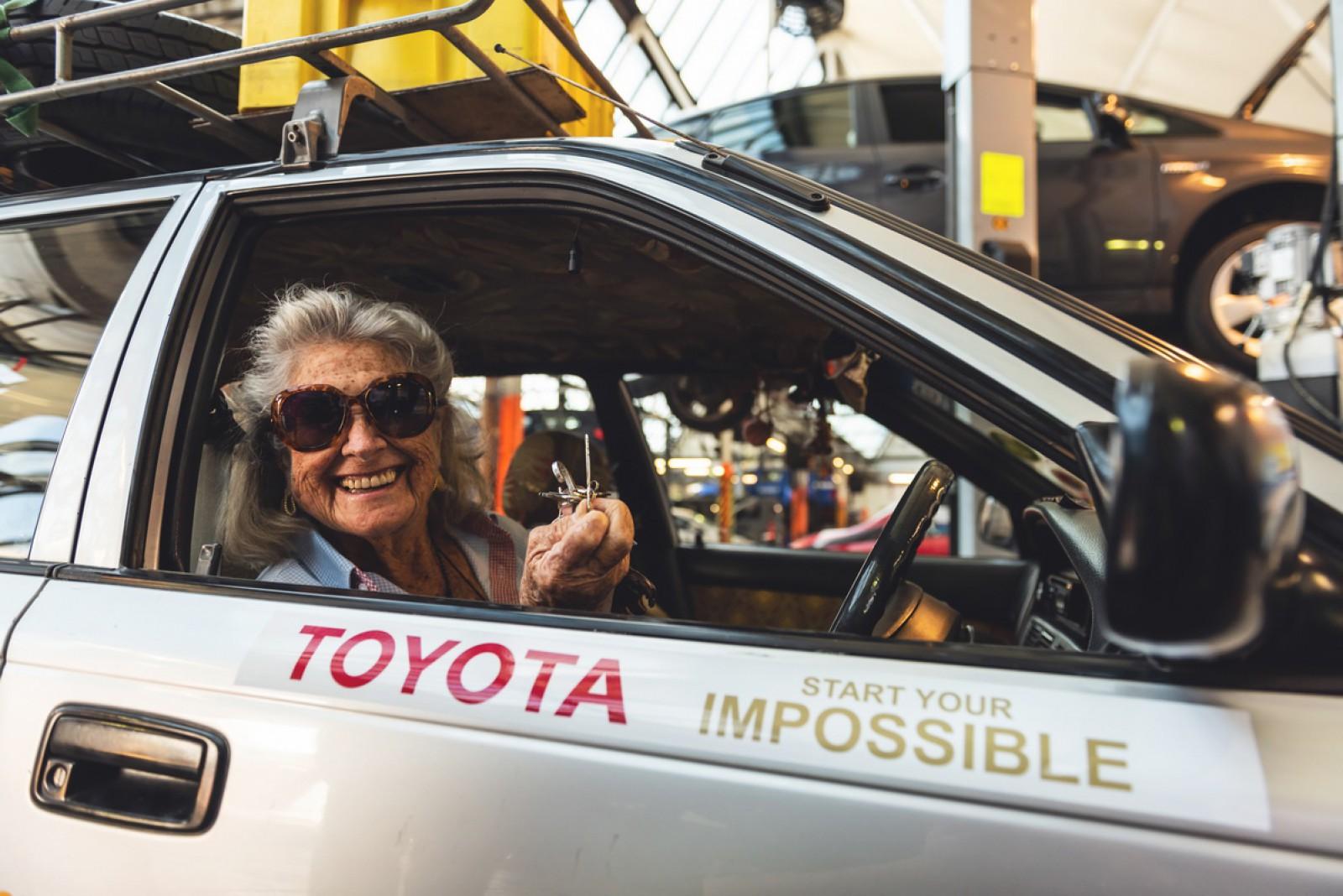 (foto) Ca să-şi vadă fiica, o femeie de 81 de ani a venit din sudul Africii până în Londra cu o Toyota din 1997