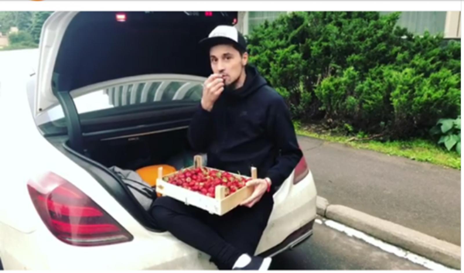 """(foto) Căpșunelele lui Dodon au ajuns și la alți interpreți ruși: """"Oaspetele gratuit"""" al său le-a împărțit cu Dima Bilan"""