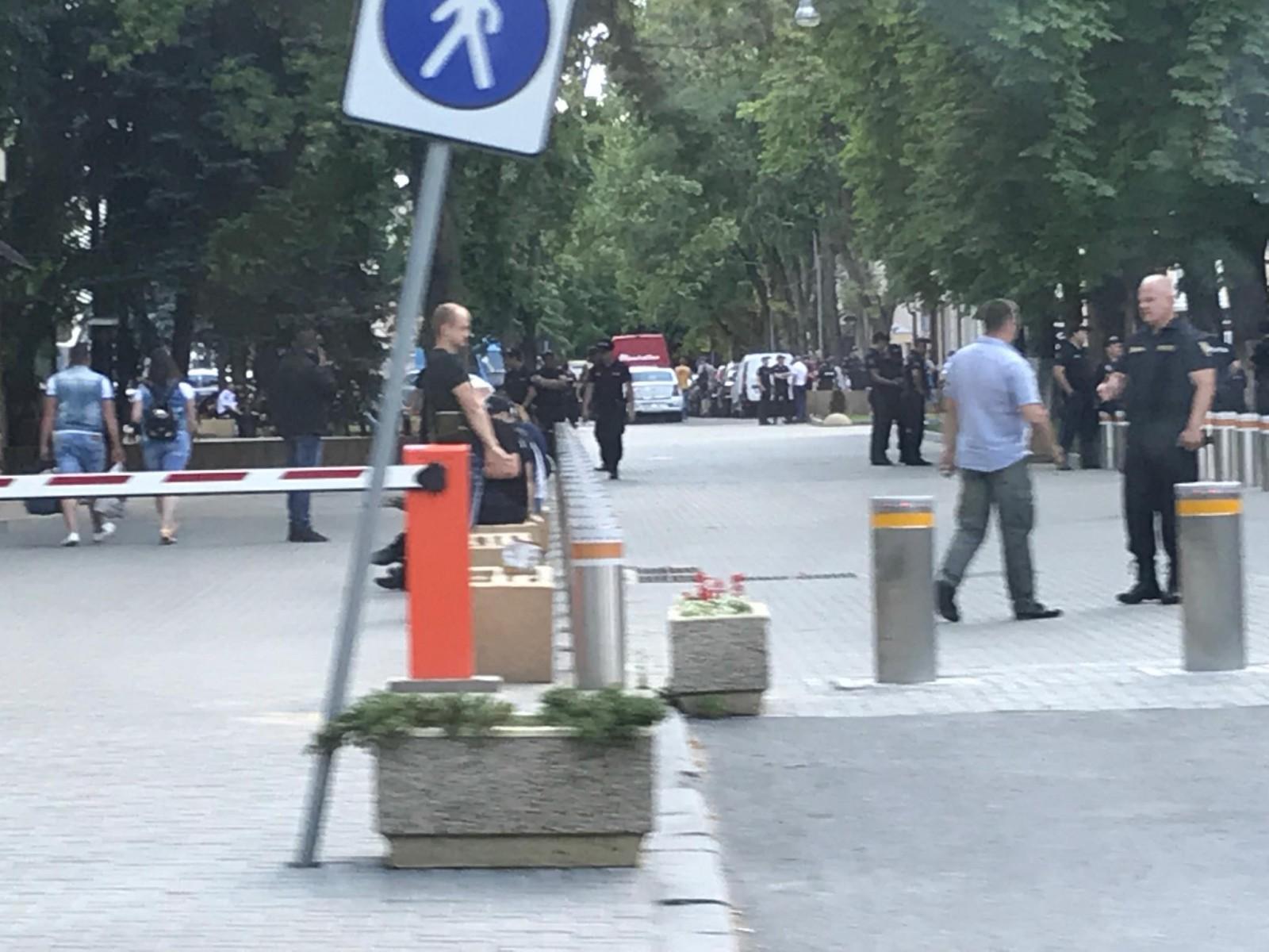 (foto) Casa liderului PD s-a transformat într-un Inspectorat de Poliție? Mai mulți polițiști, văzuți după încheierea protestului