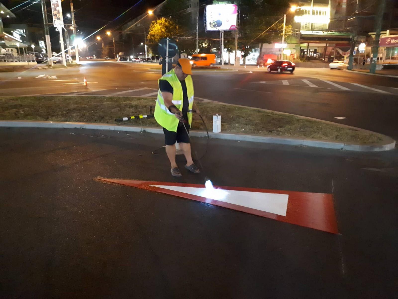(foto) Chişinău: Marcaje rutiere de ultimă generaţie, pe cale de dispariţie după doar 2 zile de când au apărut