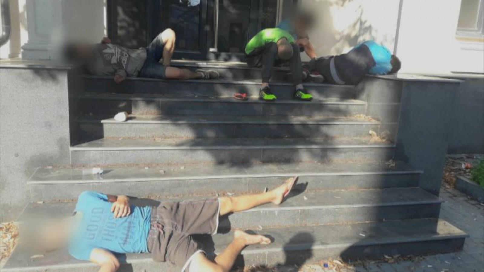 (foto) Cinci tineri, surprinși în stare inconștientă după ce ar fi consumat droguri în centrul capitalei