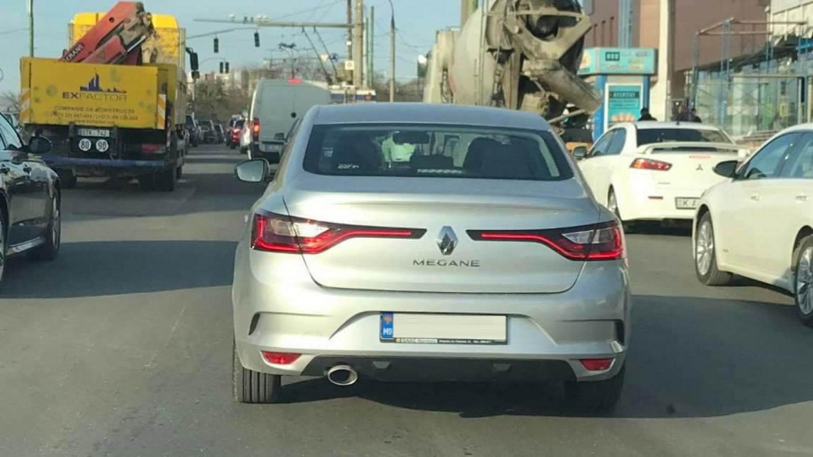 (foto) E legal să circule așa? O mașină surprinsă prin Chișinău cu plăcuțe de înmatriculare speciale