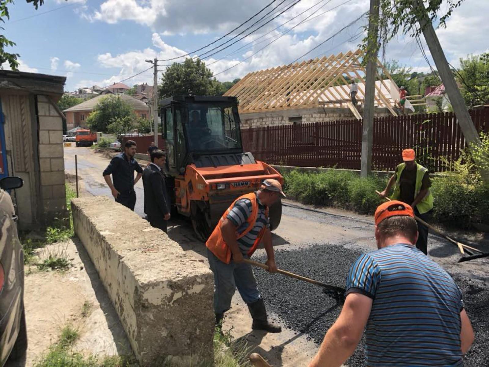 """(foto) Electorala în toi pentru Constantin Țuțu: """"Am făcut posibilă reparația drumului din fața casei lui Andrei Năstase"""""""