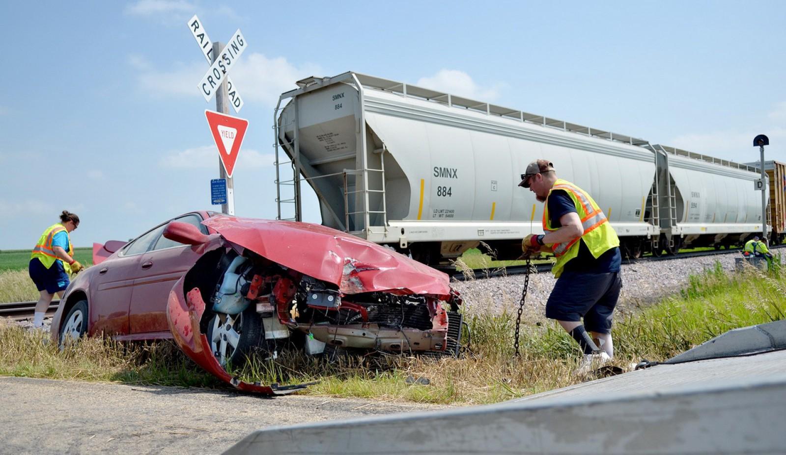 (foto) Fenomenul neînțeles al accidentelor pe trecerile la nivel cu cale ferată în Moldova. Cum şi de ce se produc