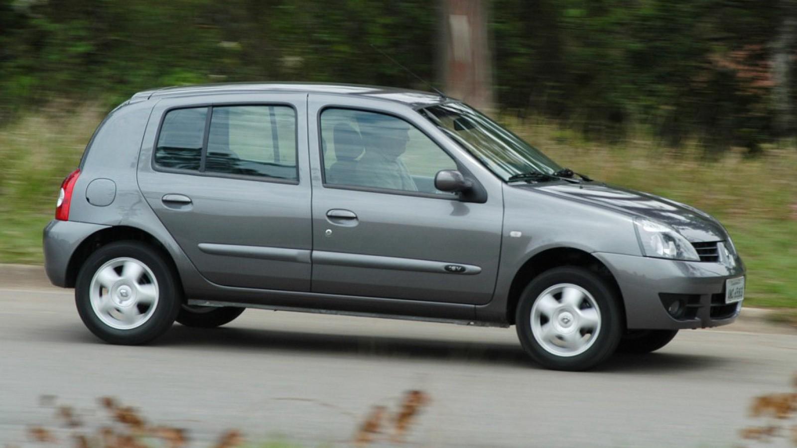 (foto) Imaginea zilei: Un şofer din Chişinău, uimit de ce transporta altul într-un Renault Clio cu portbagaj deschis