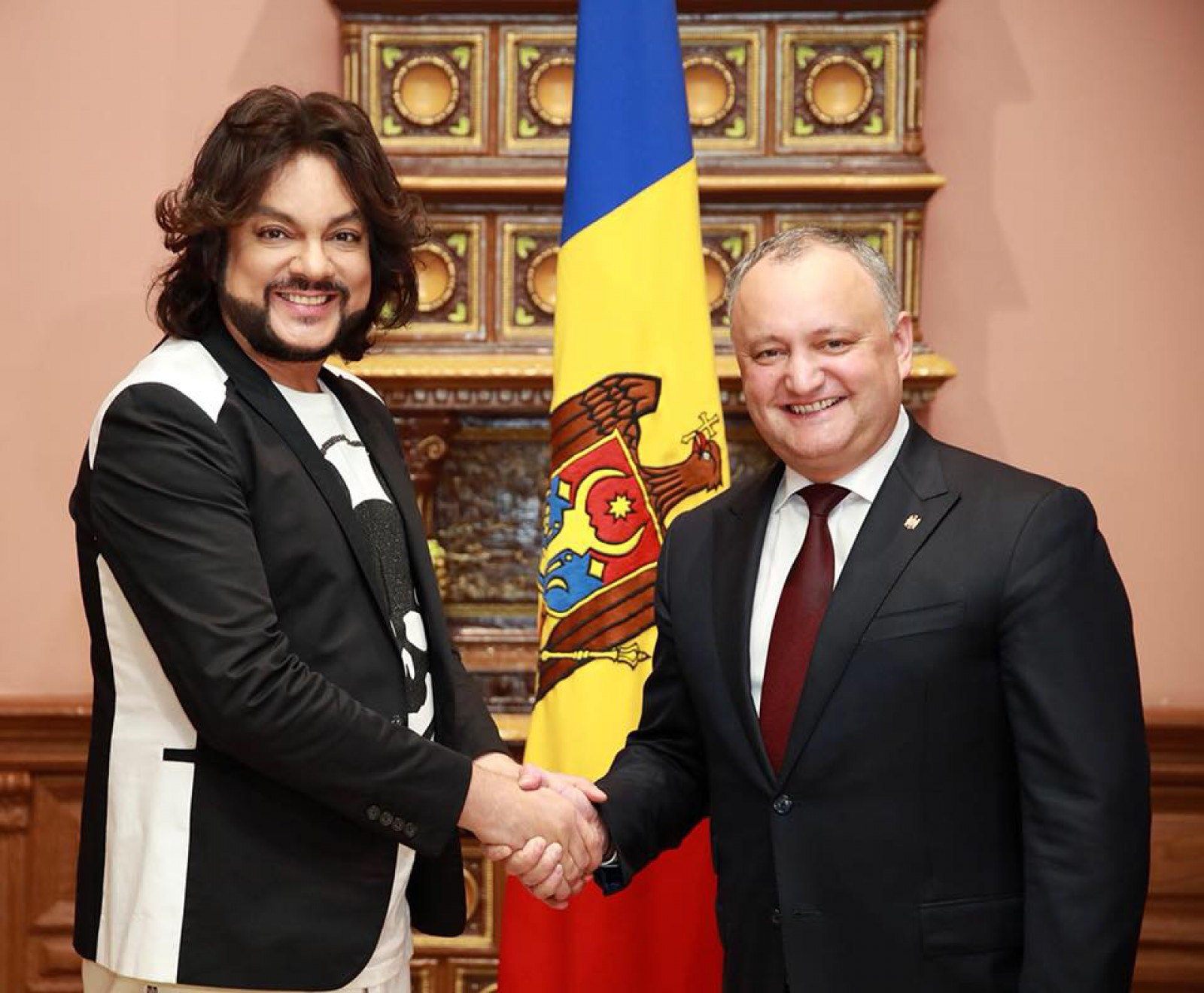 (foto) Interpretul rus, Filip Kirkorov, a venit în Republica Moldova. Cu câtă bucurie l-a întâlnit președintele, Igor Ddodon
