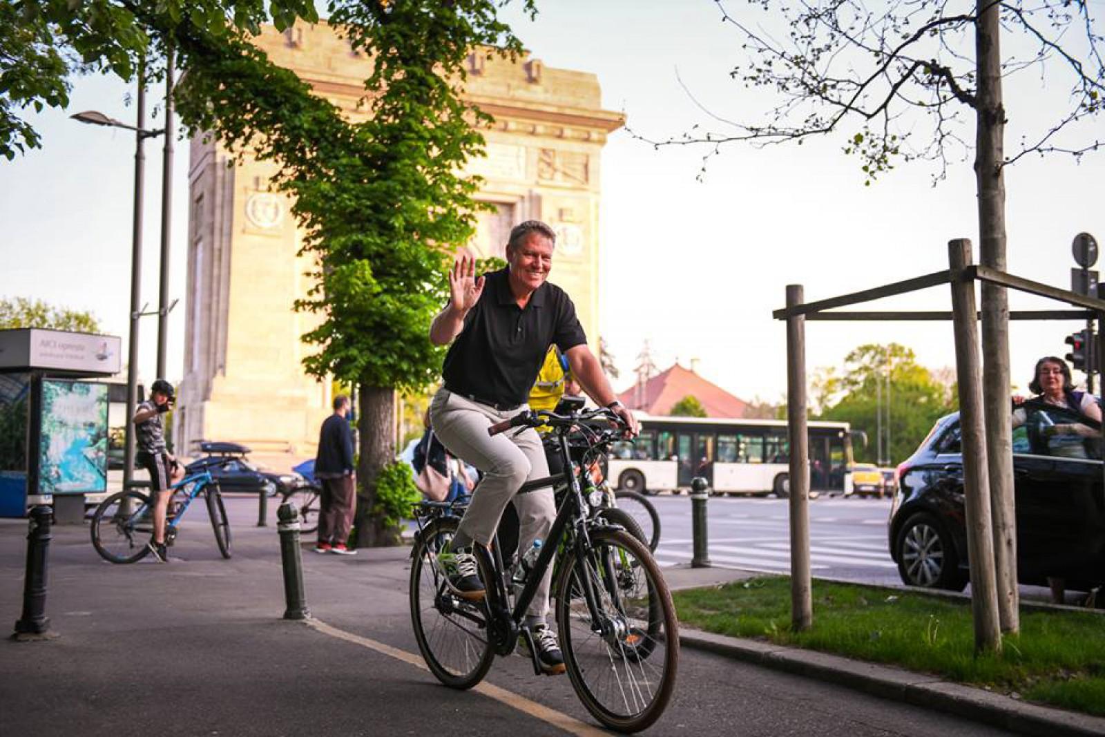 """(foto) Iohannis, cu bicicleta prin București: """"Traficul este infernal"""""""