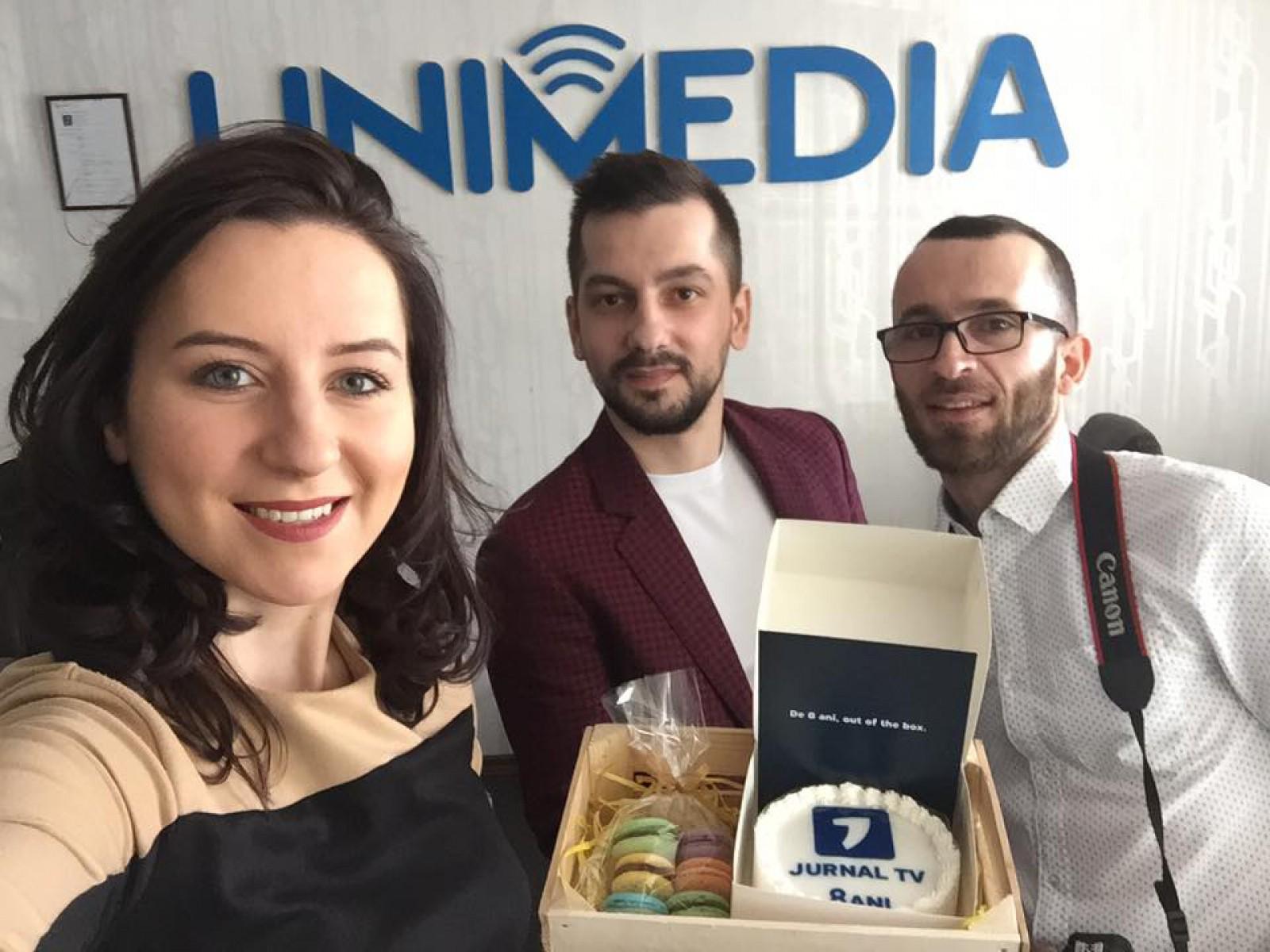 """(foto) Jurnal TV împlinește azi 8 ani de la creare: Surprizele dulci, pregătite colegilor din redacțiile """"concurente"""""""