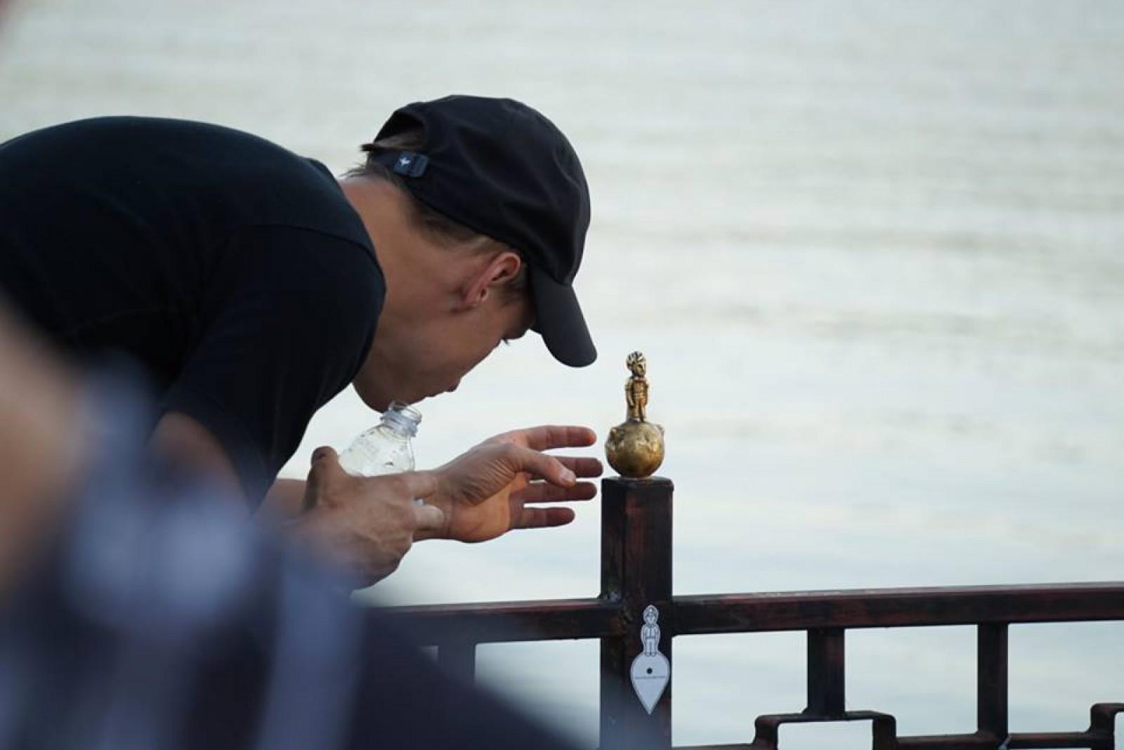 (foto) La Valea Morilor a fost instalată o statuie a Micului Prinț: Înălțimea sculpturii este de doar 11 centimetri