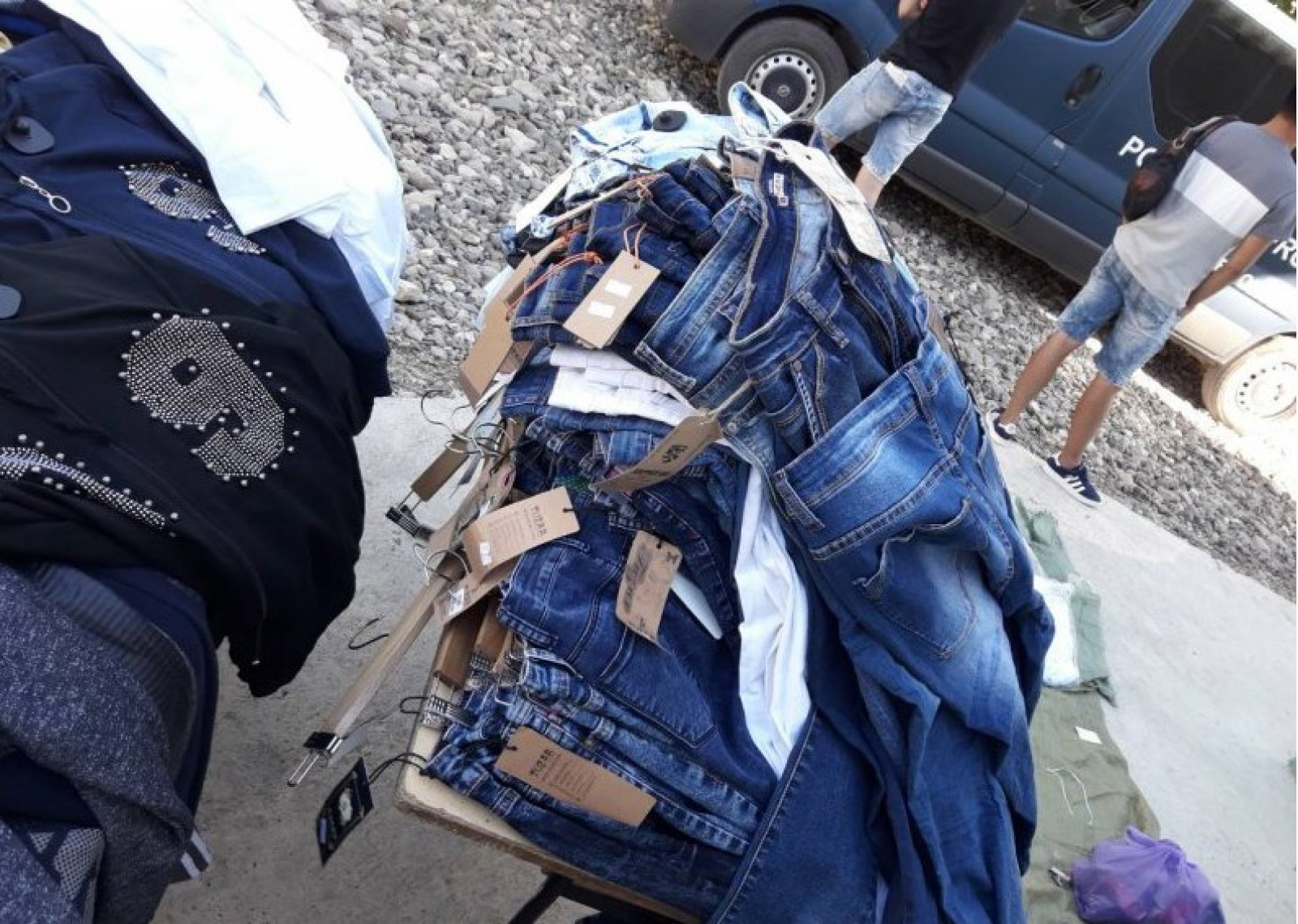 (foto) Lot de articole vestimentare, în sumă de circa 60 de mii de lei, reținut de poliția de frontieră