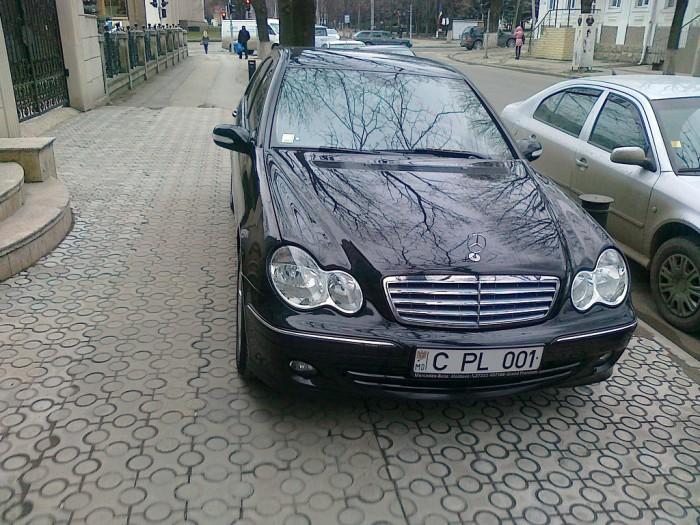 (foto) Mercedes-ul lui Ghimpu? O mașină cu numere C PL 001, parcată neregulamentar