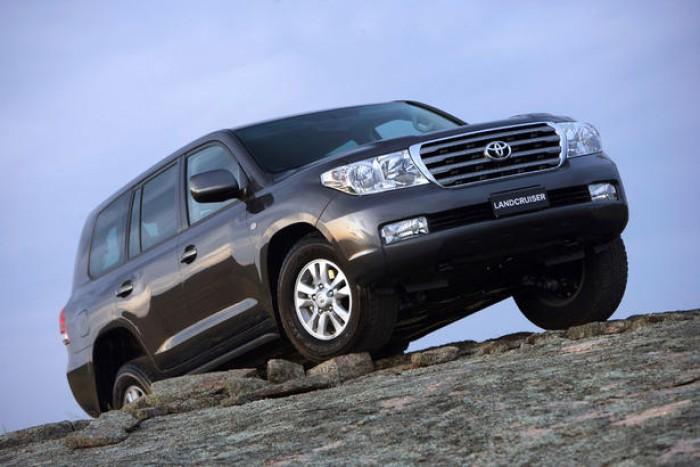 (foto) Moldova: Toyota Land Cruiser 200 îşi arată muşchii tractând un TIR