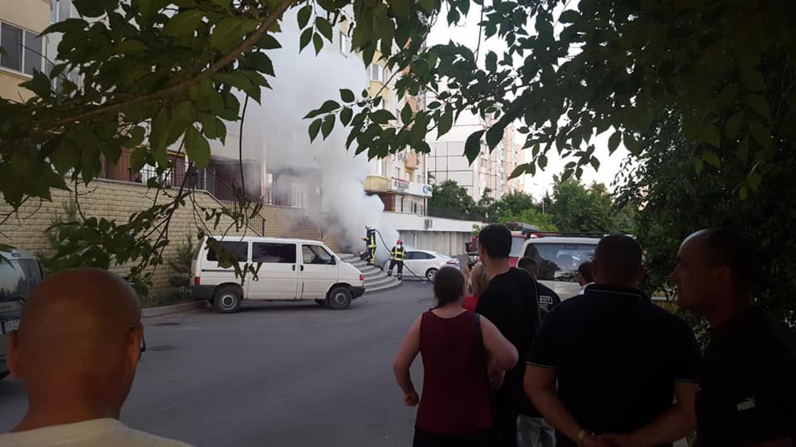 (foto/video) O mașină, cuprinsă de flăcări pe strada Mihail Sadoveanu din capitală