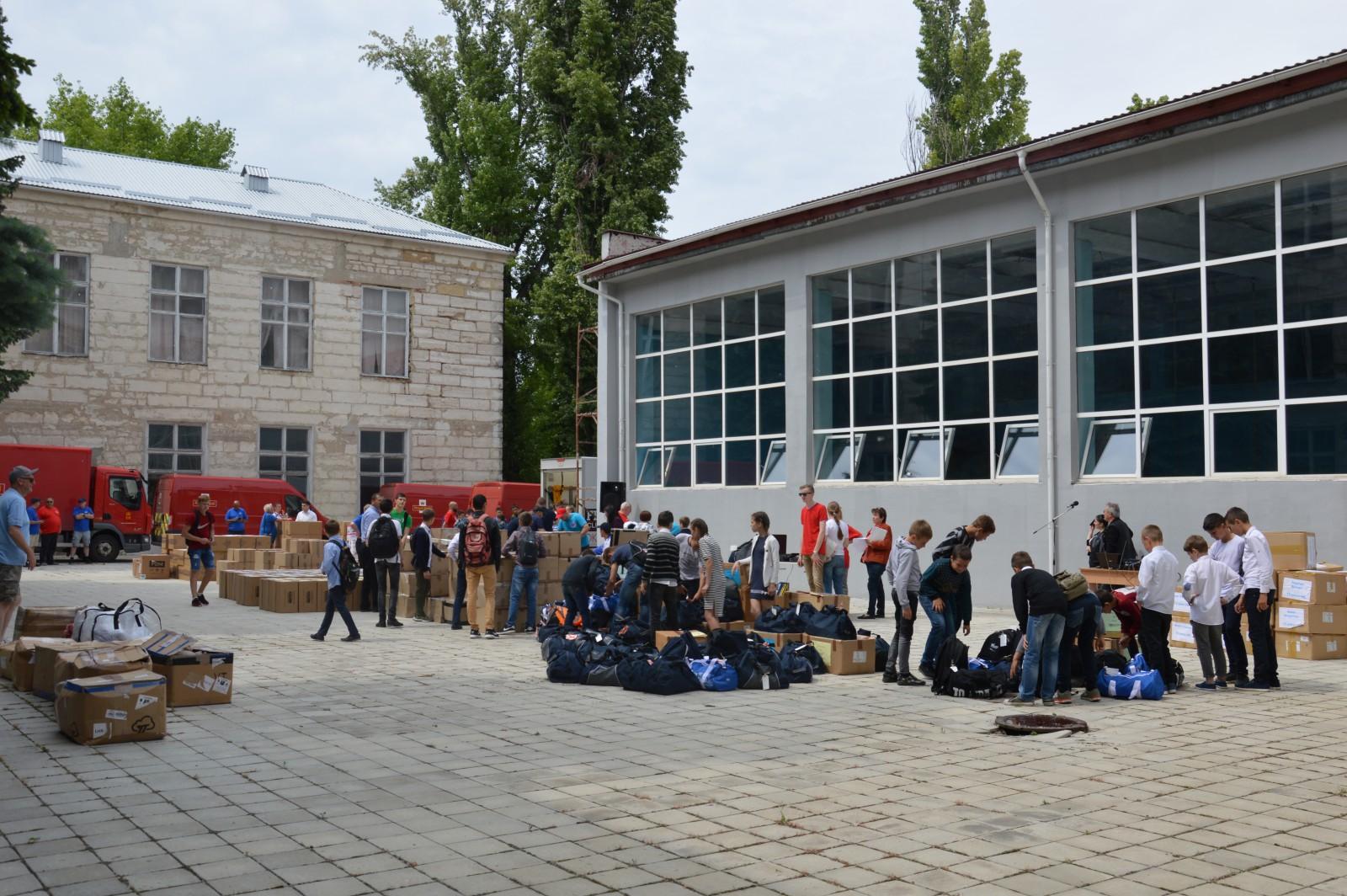 (foto) Opt camioane cu ajutoare umanitare din Marea Britanie, destinate copiilor, au ajuns în Republica Moldova