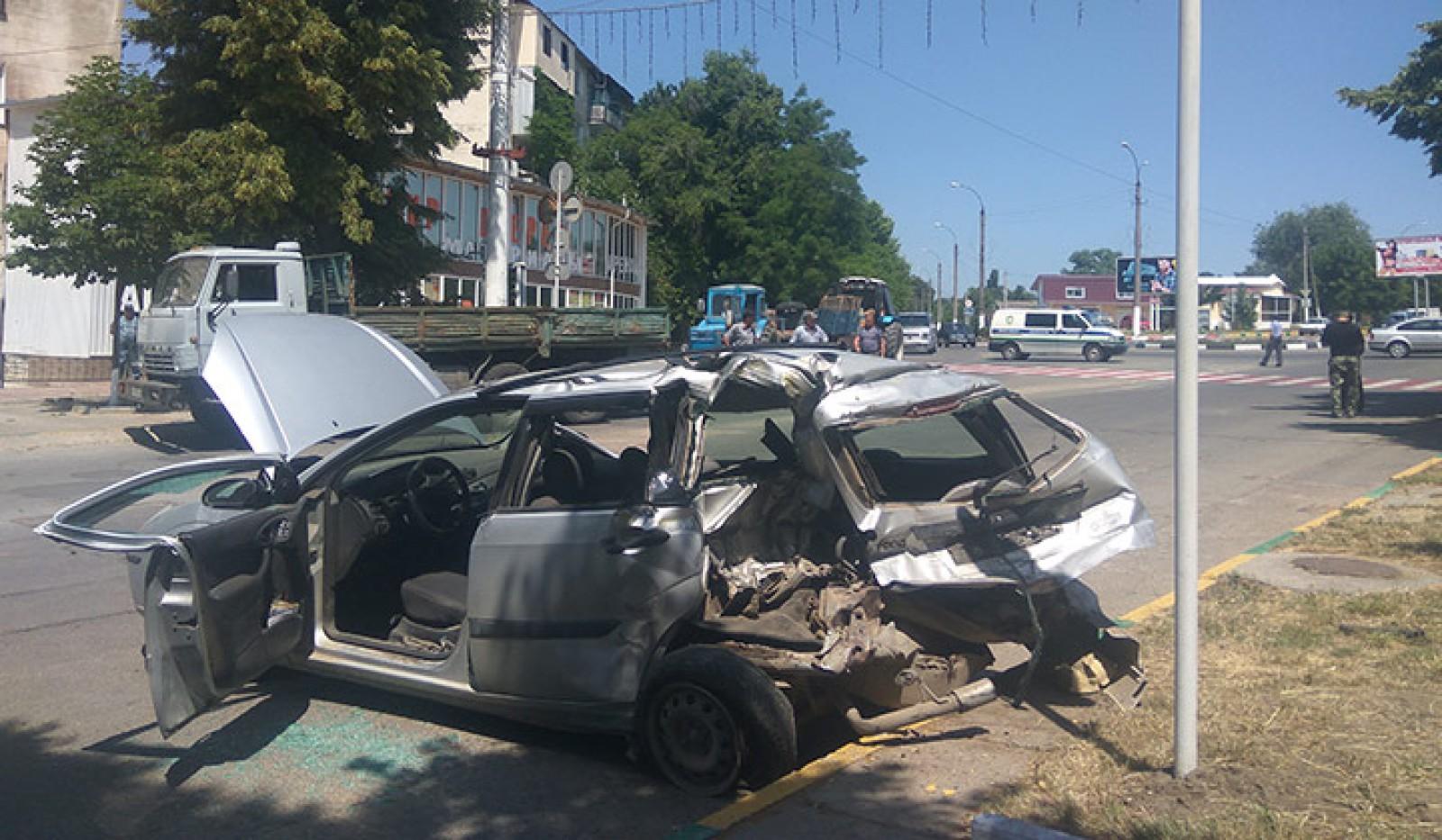 (foto) Patru dintr-o lovitură: Un ZIL a lovit mai multe mașini, după ce a rămas fără frâne