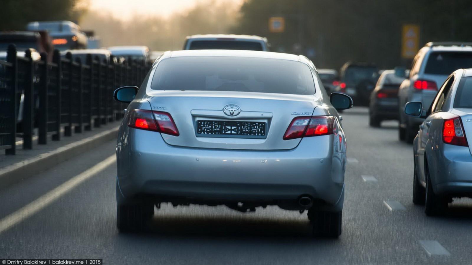 """(foto) """"Plăcuţa de înmatriculare"""" pe care şi-o poate face orice şofer a fost găsită pe o maşină din Chişinău"""