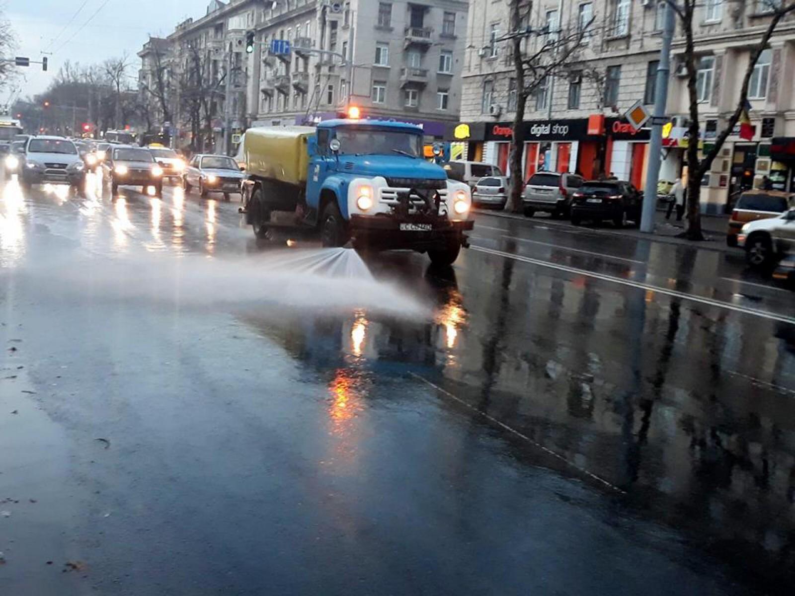 (foto) Primăria a inițiat curățenie generală în oraș: A început operațiunea de înlăturare a glodului de pe străzi