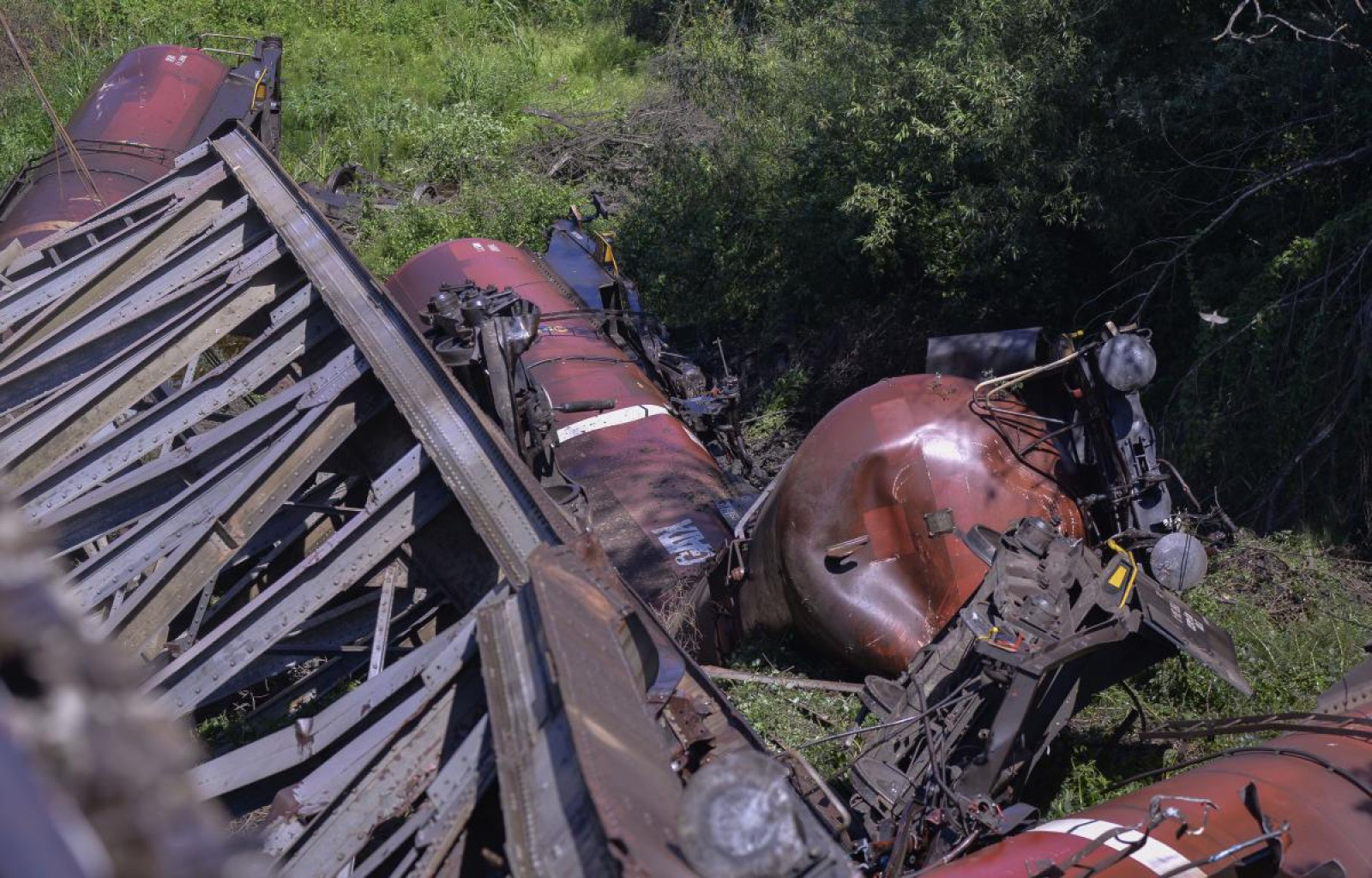 (foto) România: 7 vagoane ale unui tren de marfă au căzut în gol după ce un viaduct s-a rupt. Mecanicul era beat în momentul în are a intrat cu garnitura pe tronsonul dezafectat