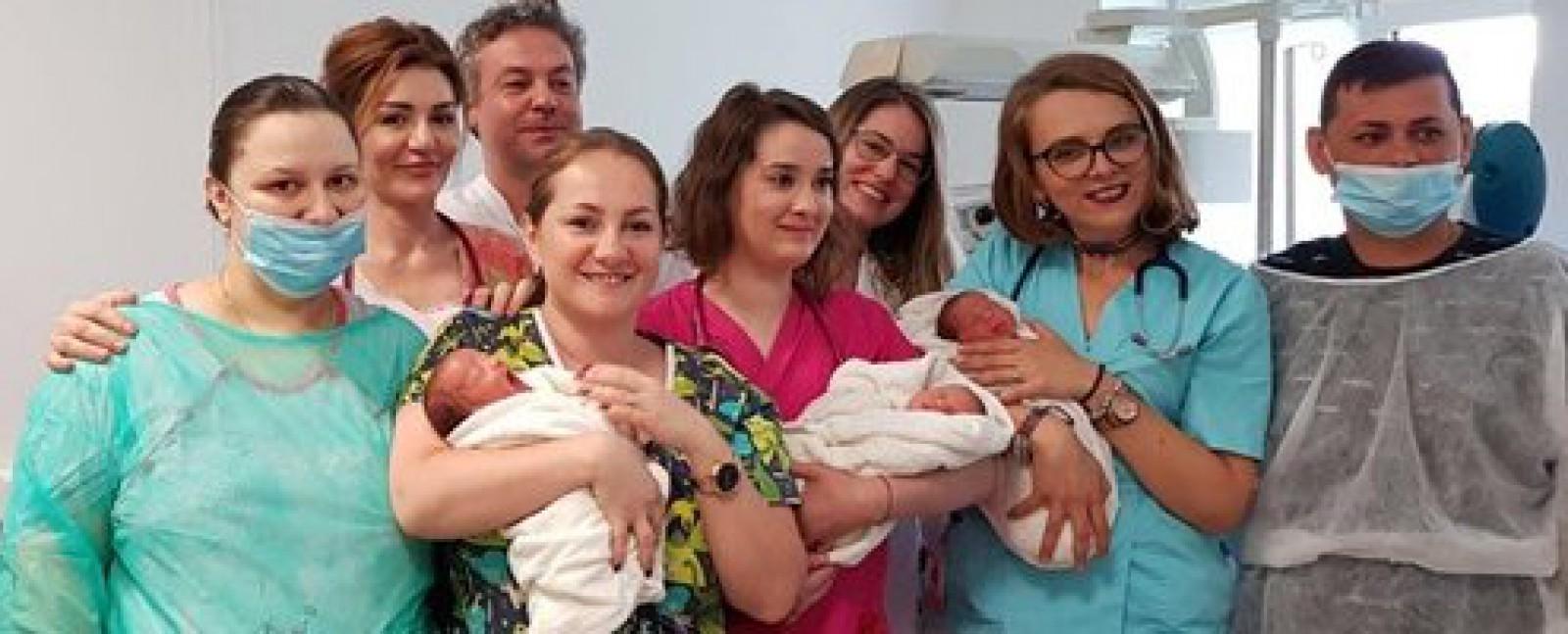 (foto) România: O mamă din Timişoara a născut tripleţi identici. Cazul apare o dată la 100.000 de naşteri