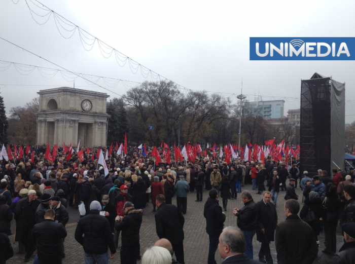 (foto) Simpatizanții comuniștilor au blocat Piața Marii Adunări Naționale