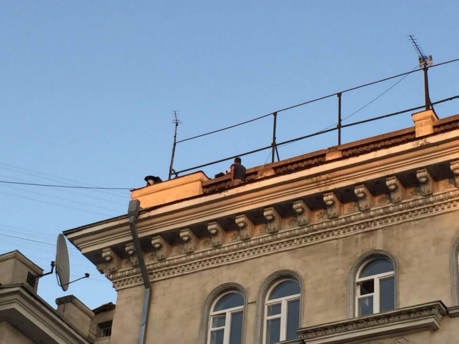 (foto/update) Tânărul, care a dorit să-și pună capăt zilelor sărind în gol de pe o clădire din centrul capitalei, a fost convins să renunțe la acest gest