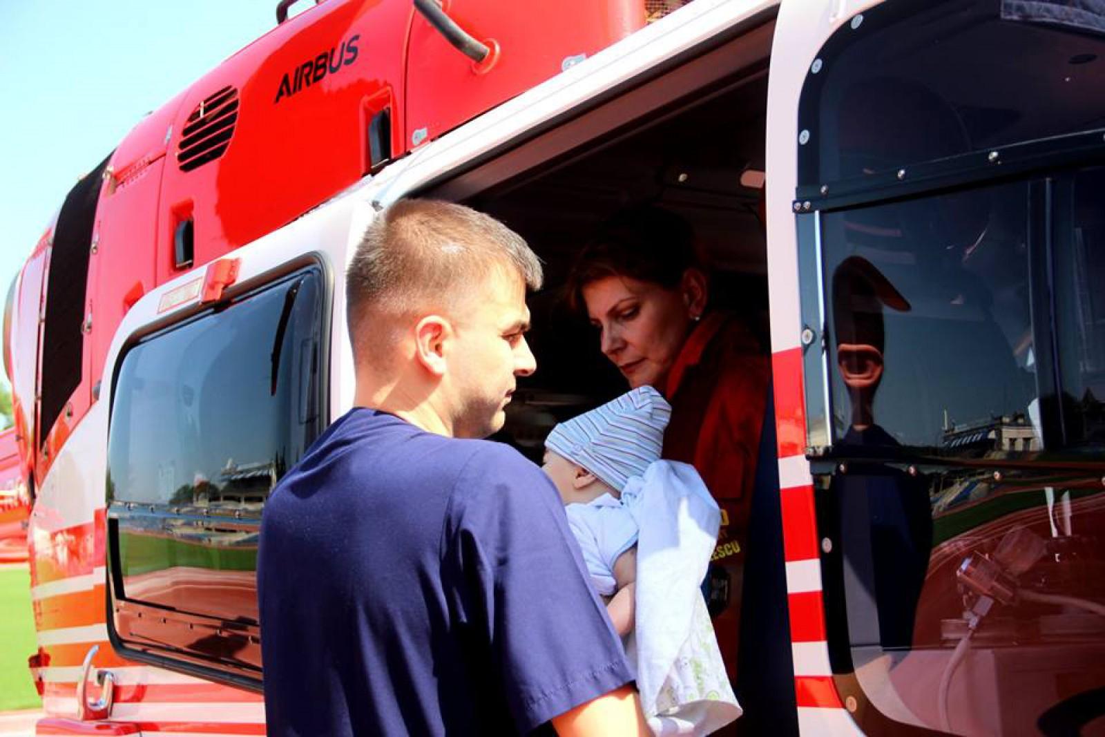 (foto) Un copil de șase luni, transportat cu un echipaj SMURD la București: Micuțul suferă de insuficiența hepatică acută