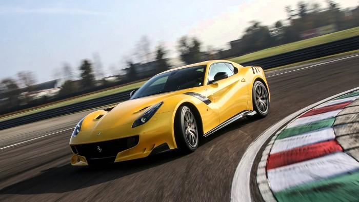 (foto) Unul din cele 799 de Ferrari F12tdf care există pe glob a ars și nu mai poate fi restaurat
