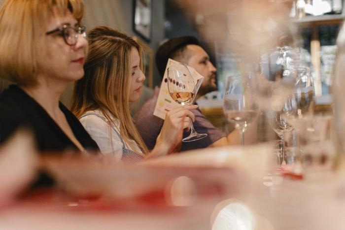 """(foto) Viață în roz și vin rose, la o nouă ediție de """"Wine Friendly"""". Care au fost descoperirile serii"""