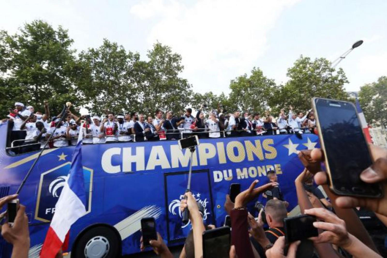 (foto/video) Campionii mondiali s-au întors acasă. Fotbaliştii francezi au fost primiţi ca nişte eroi