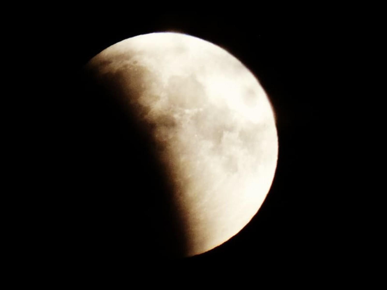 (foto/video) Cea mai lungă eclipsă de Lună din acest secol, vizibilă și în Republica Moldova. Cum a fost văzut pe rețelele de socializare spectacolul astronomic