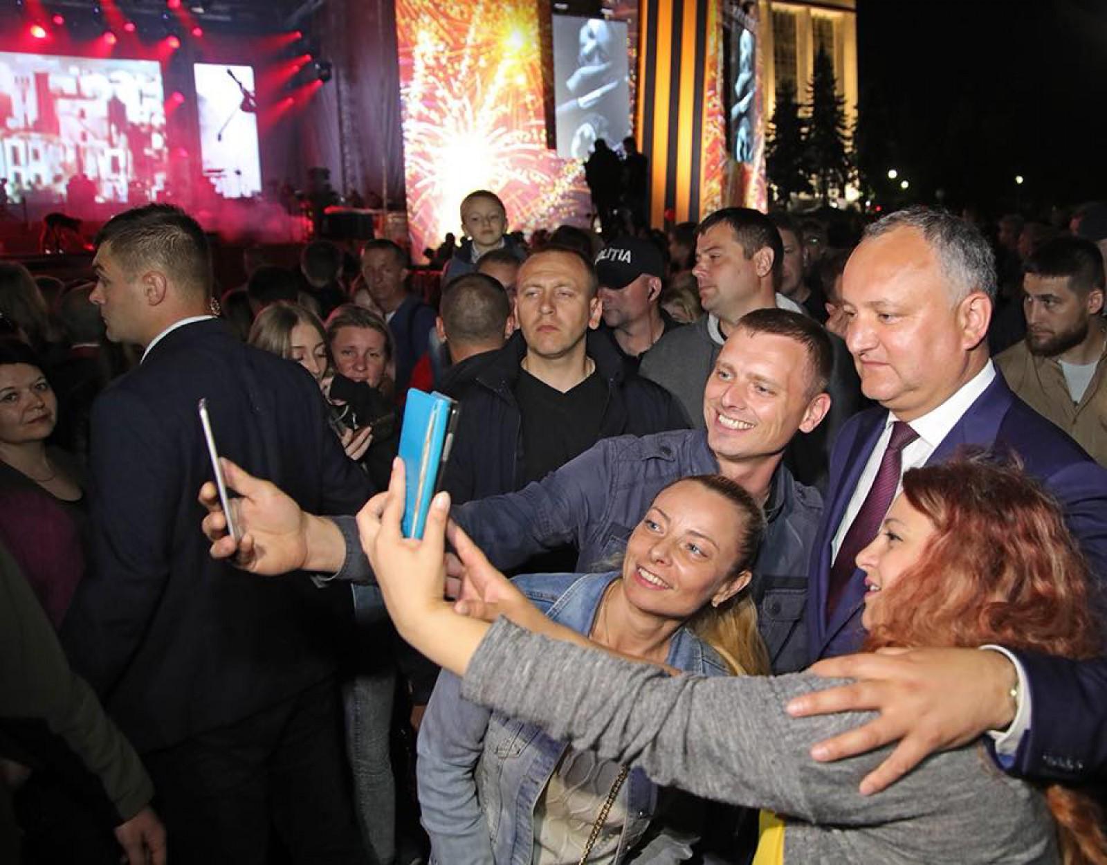 """(foto/video) Chișinăuienii, deranjați de concertul din PMAN și zgomotoasele focuri de artificii: """"A sunat ca un adevărat război. Asta e terorism, măi băieți"""". Dodon: Atmosfera a fost incendiară"""