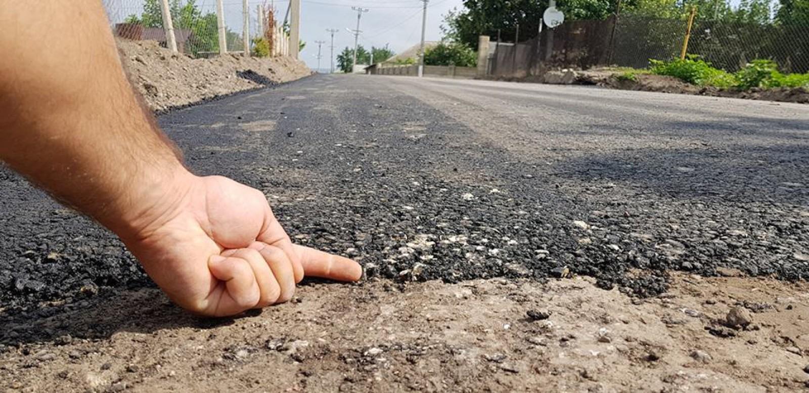 """(foto/video) Drumurile """"bune"""" pentru Moldova se macină. Imagini virale pe internet cu asfaltul turnat peste noroi"""