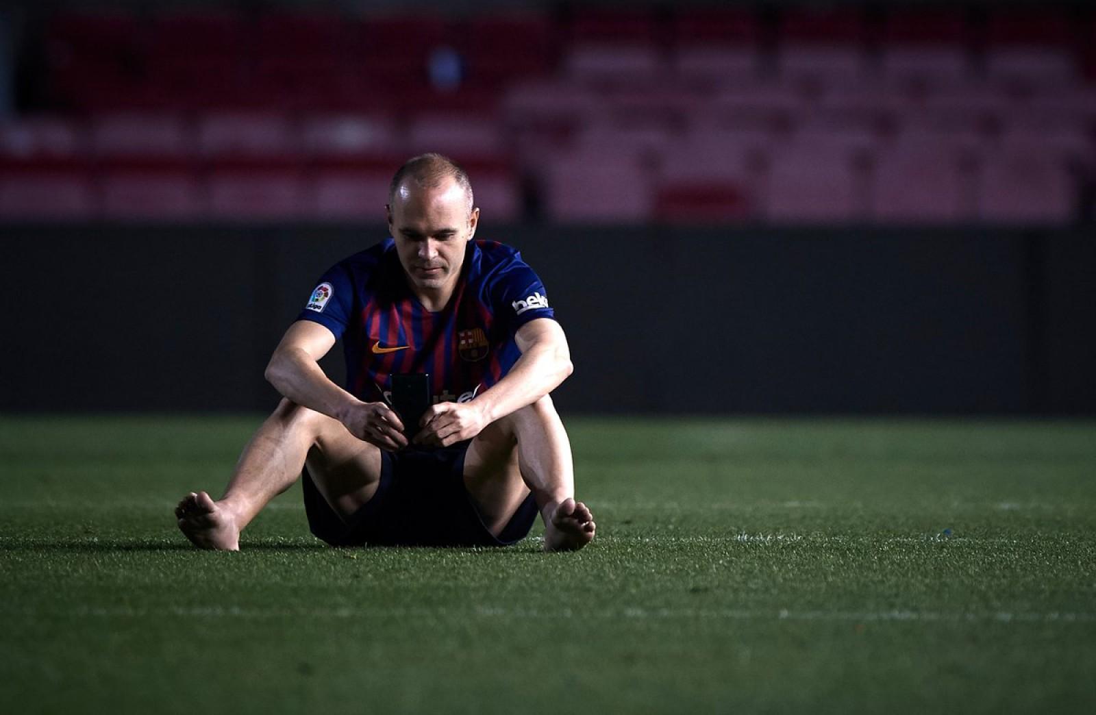 (foto/video) Emoționant! Andres Iniesta a jucat ultimul său meci pentru FC Barcelona! După meci, mijlocașul a rămas singur pe Camp Nou cu luminile stinse