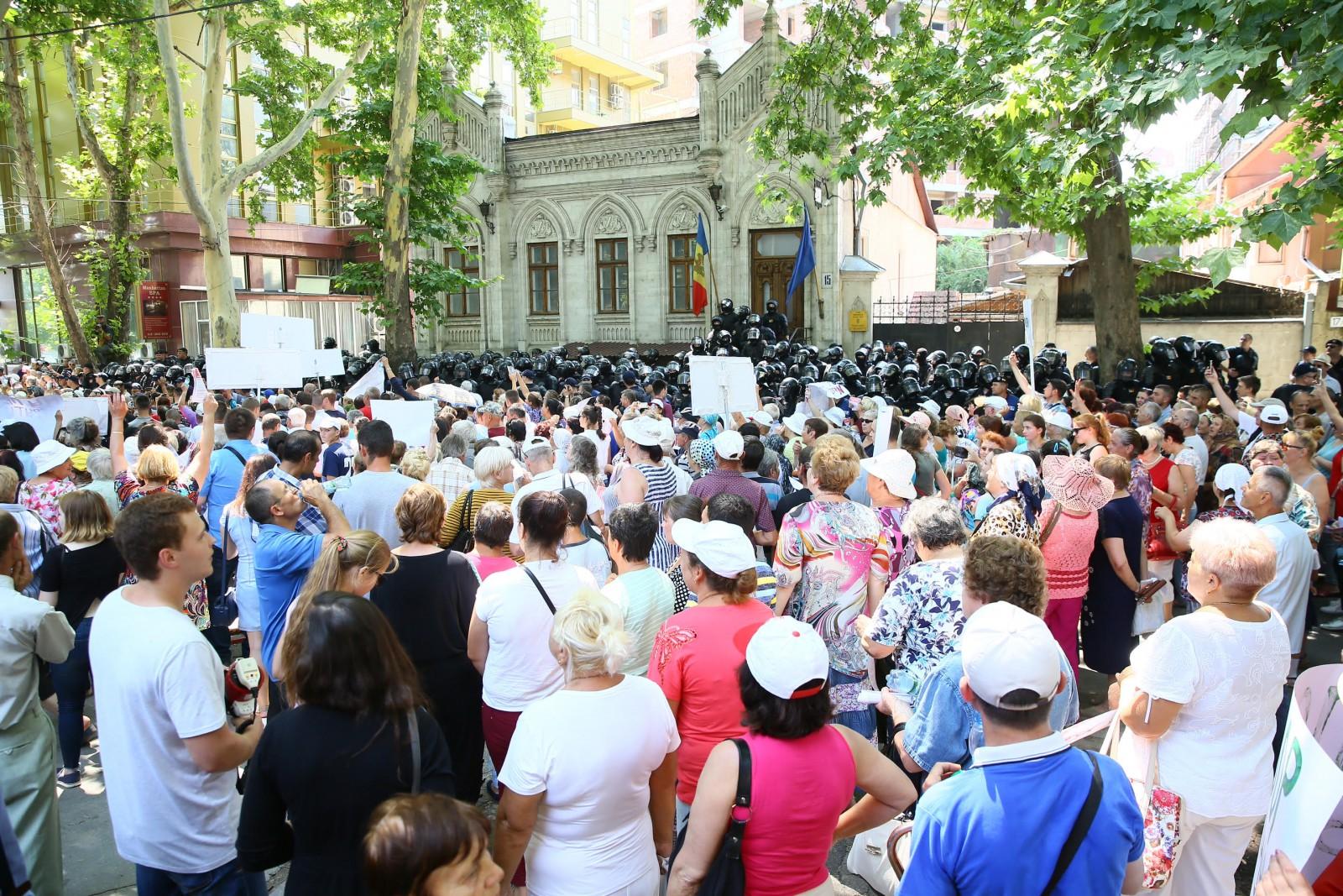 (foto/video/update) Ilan Șor a declarat la protest că după parlamentare în locul sediilor PAS și Platforma DA va construi magazine sociale