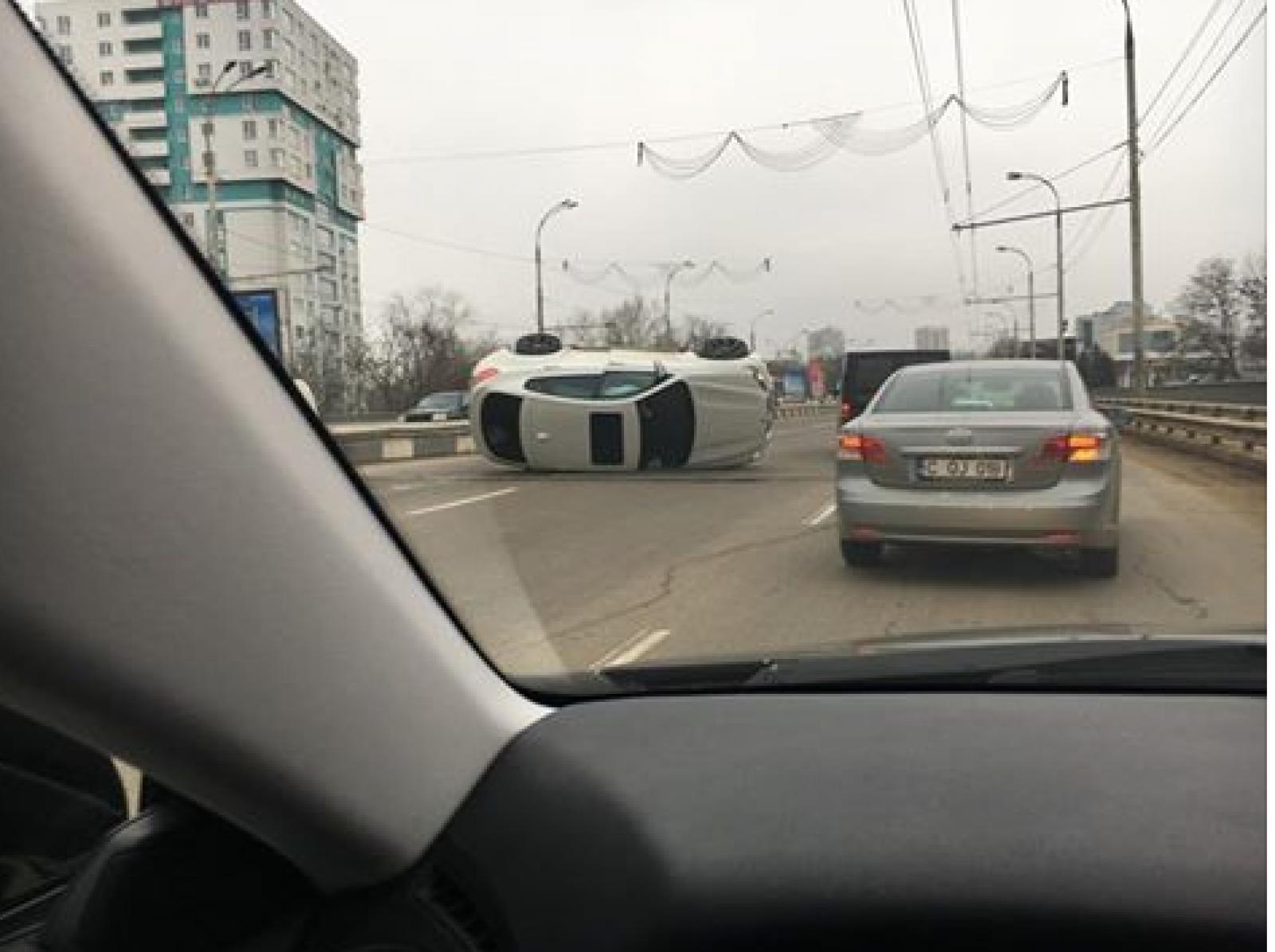 (foto/video) Un automobil de lux s-a inversat pe Viaduct. Traficul rutier de pe bd. Dacia este paralizat