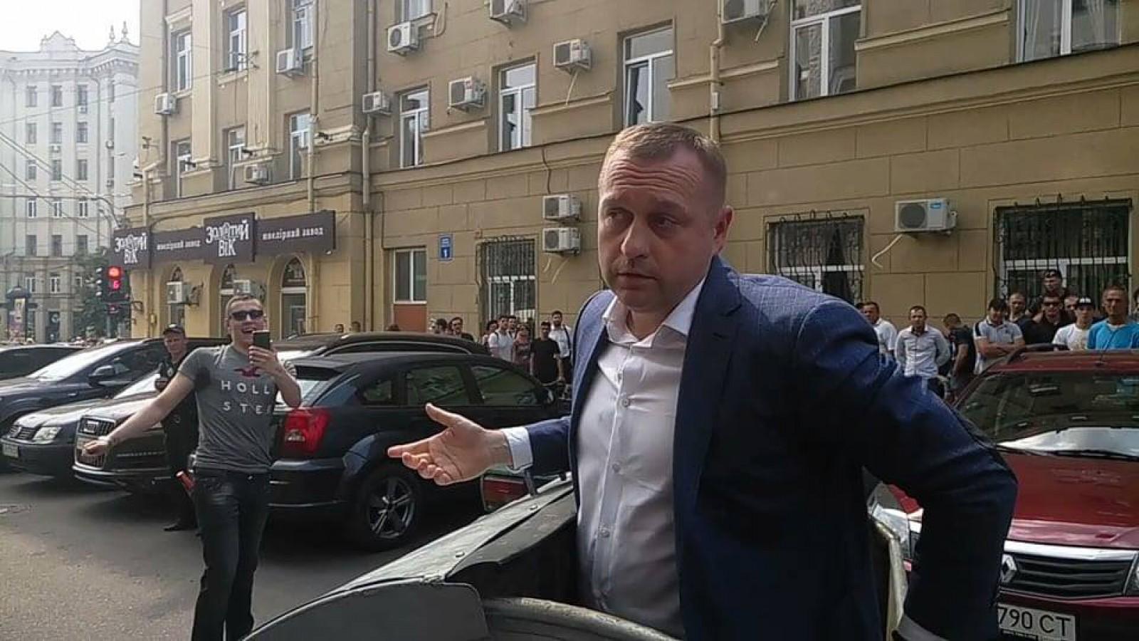 (foto/video) Viceprimarul oraşului Harkov, Andrei Rudenko, aruncat și plimbat într-un tomberon pentru gunoi