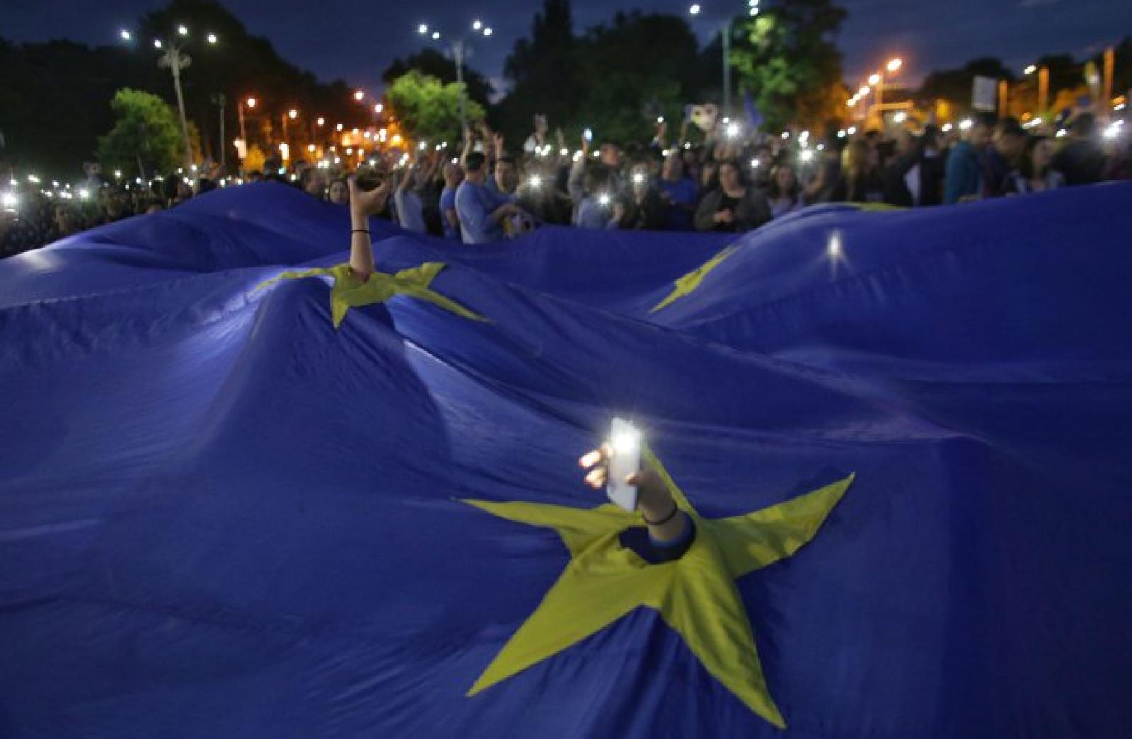 """(foto) """"Vrem Europa, nu dictatură"""". Românii au ieșit în stradă pentru a protesta"""