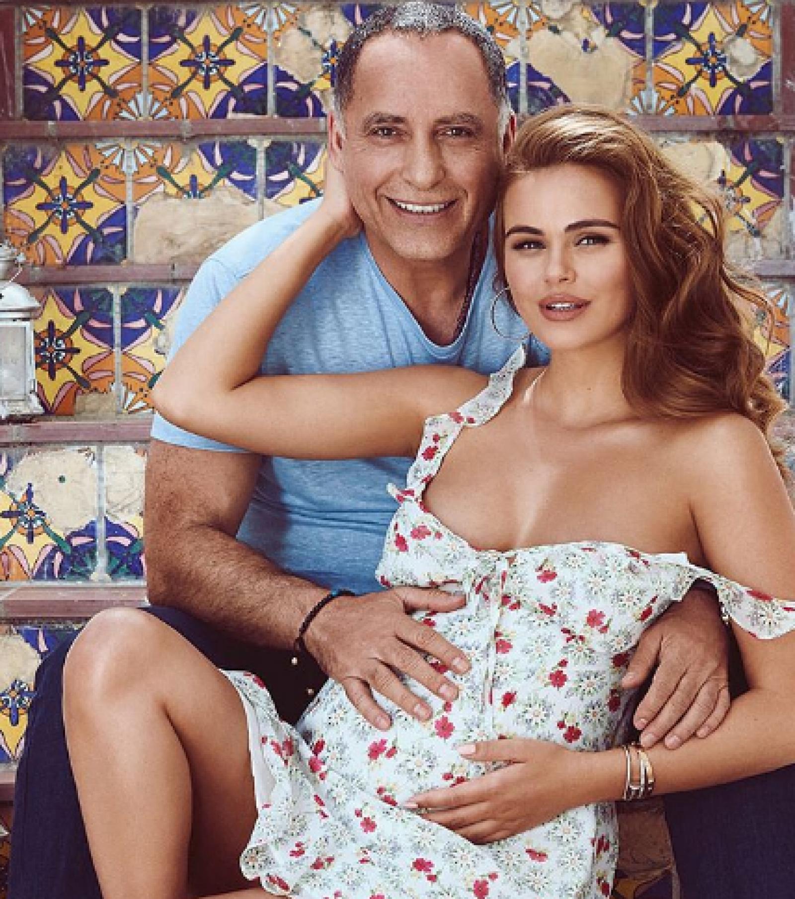 (foto) Xenia Deli în a 38-a săptămână de sarcină pozează în ipostaze tandre și se simte fericită că în curând o va aduce pe lume pe Anastasia