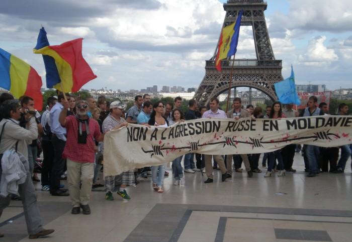 (foto) Ziua Independenței marcată la Paris cu proteste și horă