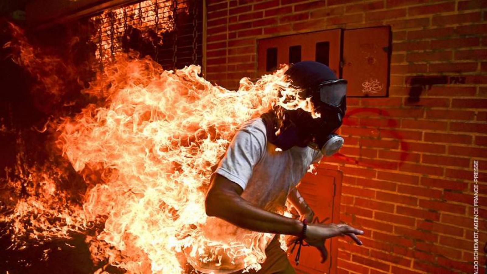 Fotografia unui om cuprins de flăcări în timpul protestelor din Venezuela, câştigătoarea World Press Photo 2018