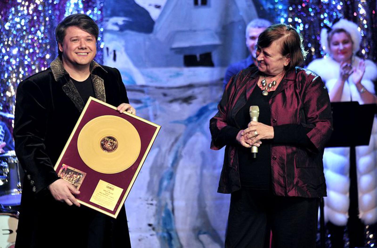 """Fuego a primit Discul de Aur pentru vânzări pentru albumul """"Crăciunu' nostru-i românesc"""""""