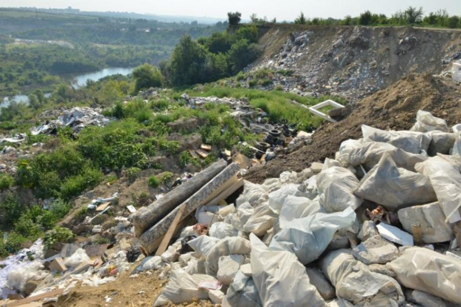 """(foto) Gunoişte neautorizată, pe malul râului Bâc. Ruslan Codreanu: """"Este o adevărată catastrofă ecologică"""""""