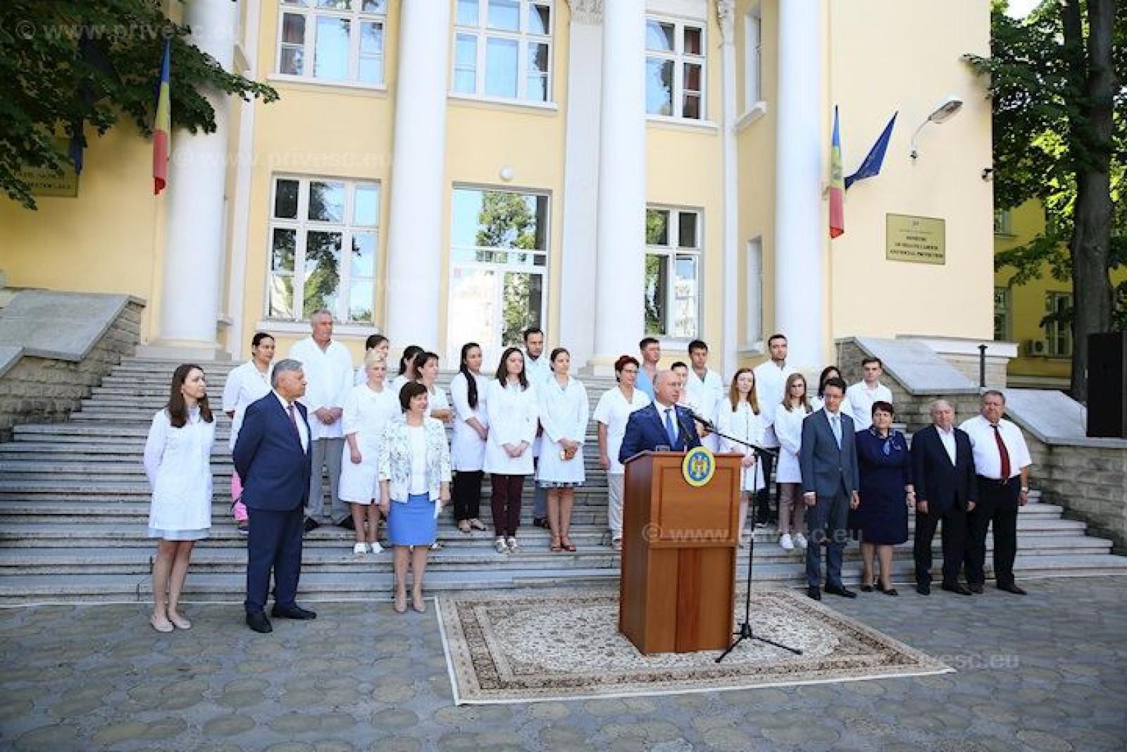 (imaginea zilei) Covor pentru Pavel Filip: Cum oficialii Ministerului Sănătății i-au pregătit tribuna premierului