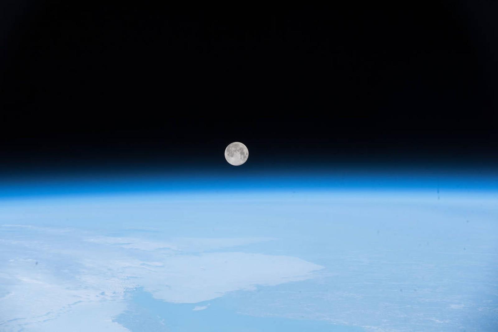 Imaginea zilei de la NASA: Luna plină deasupra insulei Terranova