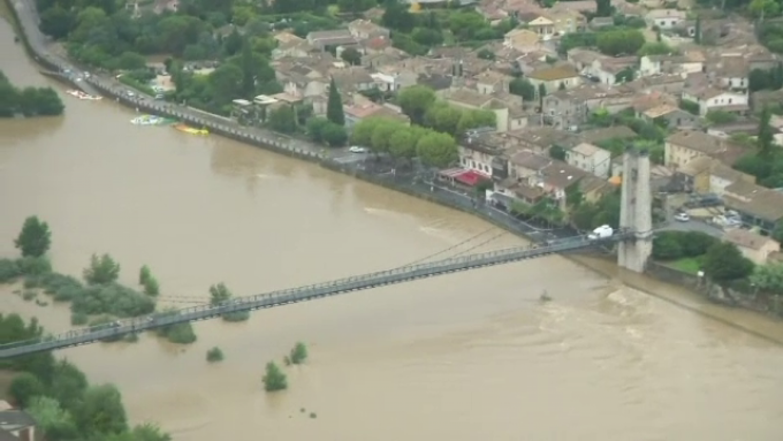 Inundații după caniculă, în Franța. Tabără de copii evacuată cu elicopterele