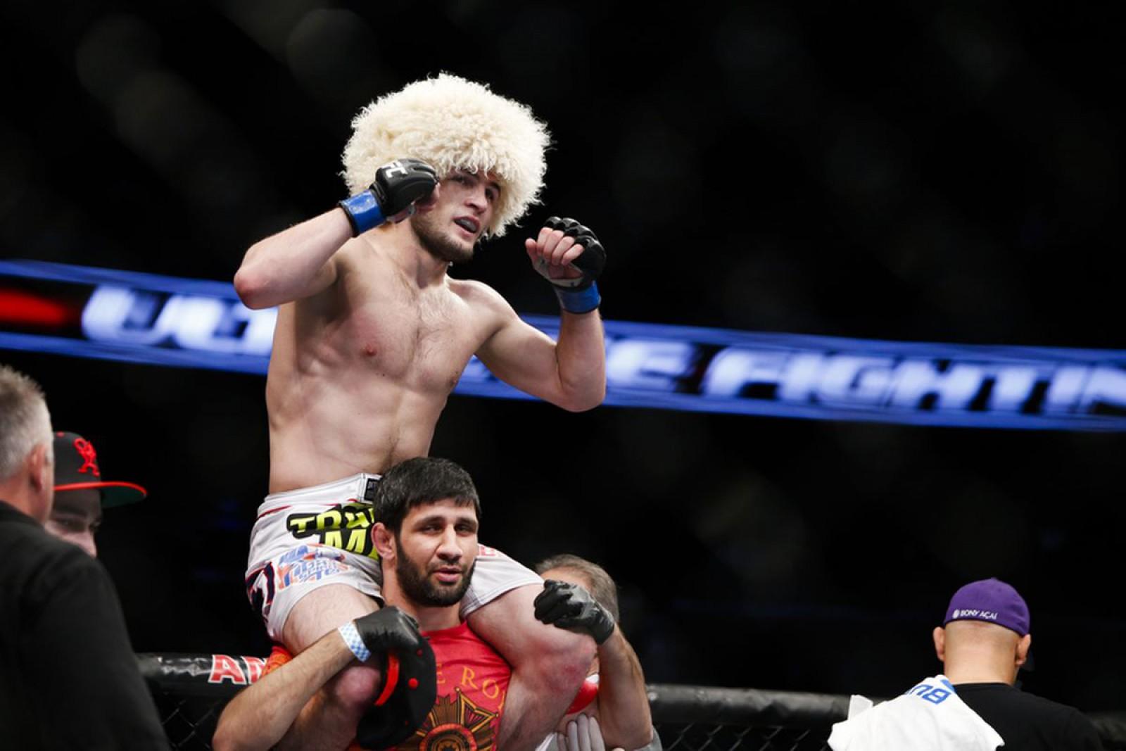 Khabib Nurmagomedov este de neoprit! Sportivul rus a devenit campion UFC la categoria ușoară